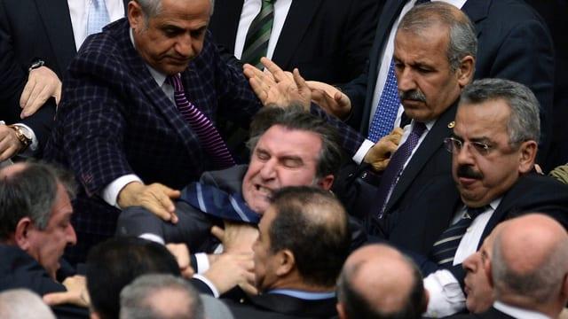 Türkische Parlamentarier gehen aufeinander los.