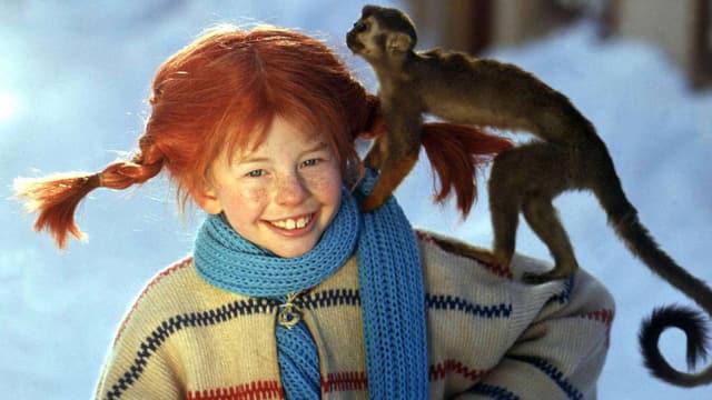 Pippi Langstrumpf mit Affe auf der Schulter.