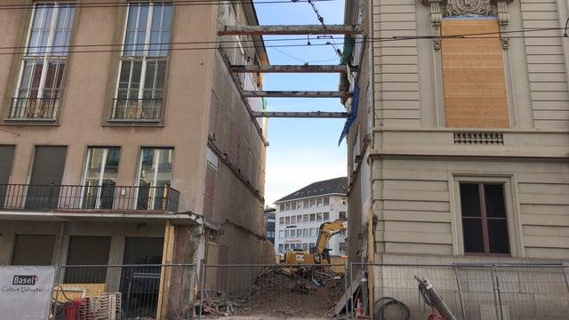 Blick auf den Durchgang zwischen den beiden Gebäuden am Steinenberg