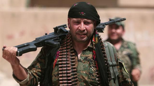 Ein Milizionär mit einem Sturmgewehr über der Schulter