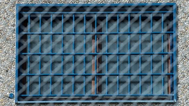 Gefängnisfenster mit Gitter