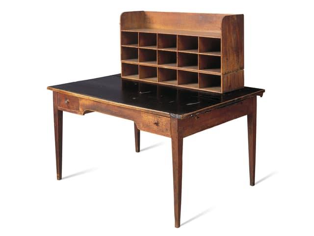 Ein Schreibtisch mit vielen Fächern.