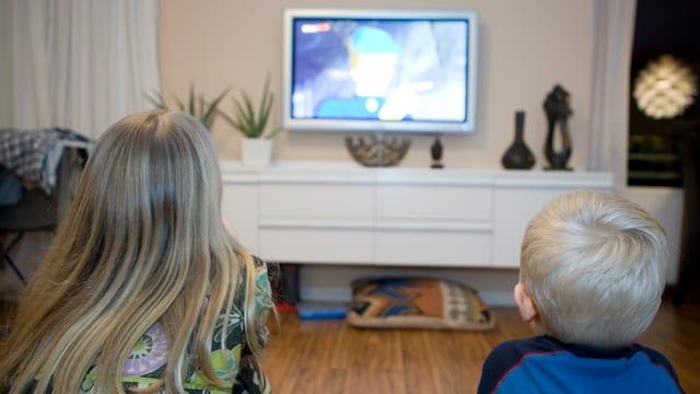Zwei Kinder vor dem Fernseher.
