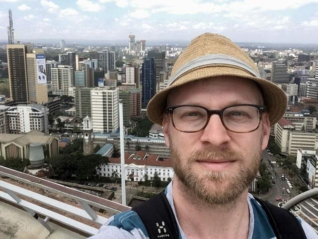 Selfie von einem Aussichtspunkt in Nairobi. Es hat viele Hochhäuser im Hintergrund.