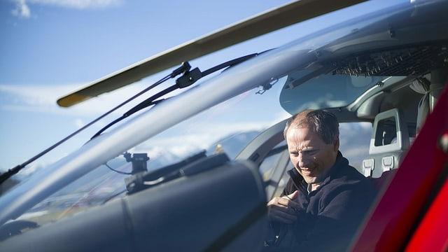 pilot en cocpit da helicopter.