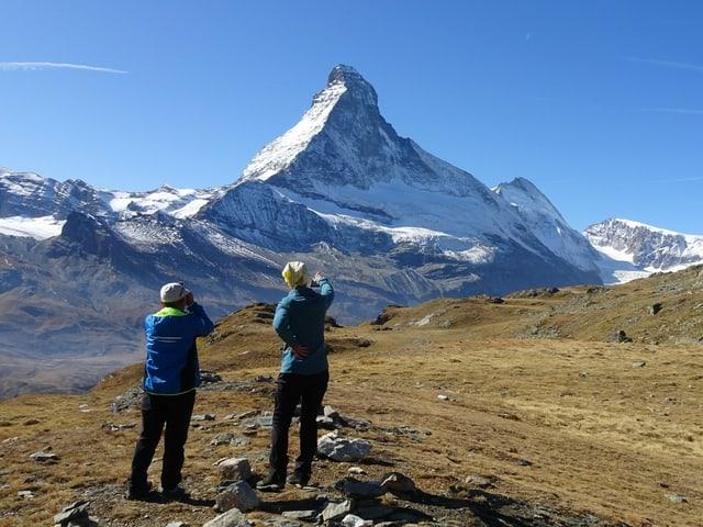 Zwei Wanderer vor dem Matterhorn
