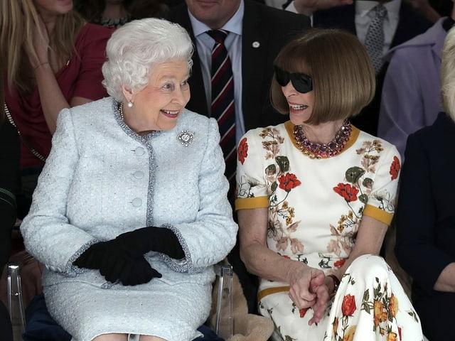 Anna Wintour neben der Queen