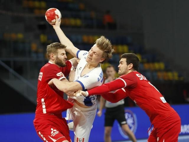 Samuel Röthlisberger (links) und Michal Svajlen im Spiel gegen Island.