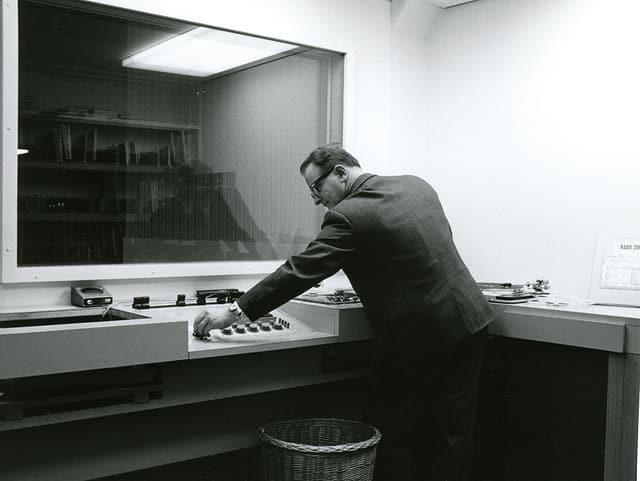 Tista Murk en il studio da radio a Cuira.