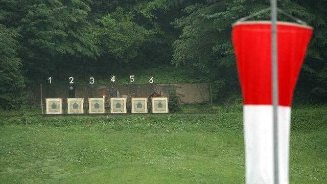 Ein Scheibenstand mit sechs Scheiben, davor die Schiessfahne beim Schützenhaus.