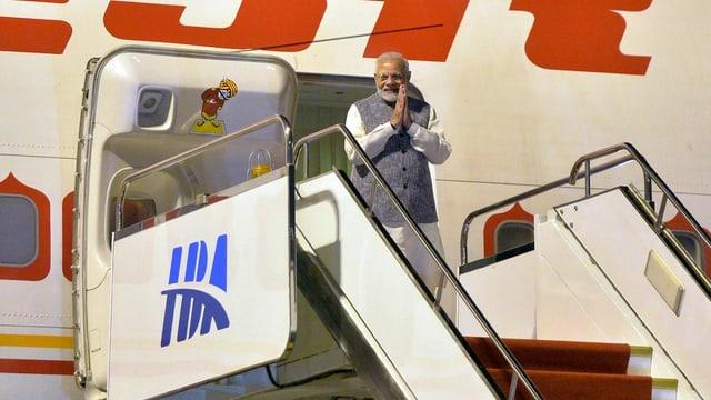 Narendra Modi steigt aus dem Flugzeug.