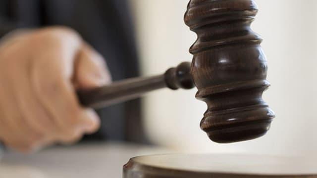 Richter mit Hammer in der Hand