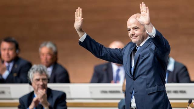 Gianni Infantino grüsst mit erhobenen Armen die Delegierten