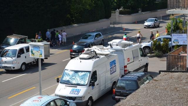 Vor der Villa von Tina Turner warten Übertragungswagen aus aller Welt.