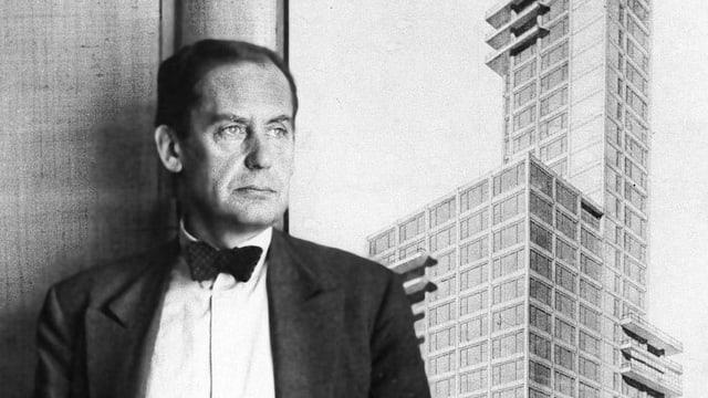 Ein Mann vor einer Skizze mit einem Hochhaus.