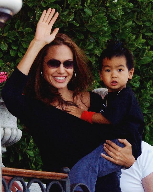 Angelina Jolie mit Maddox auf dem Arm