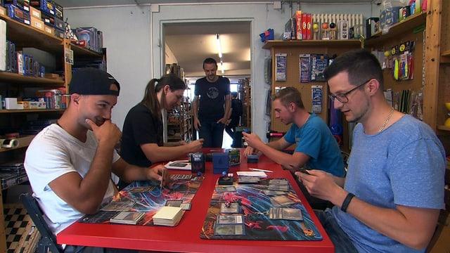 Kartenspieler sitzen an einem Tisch