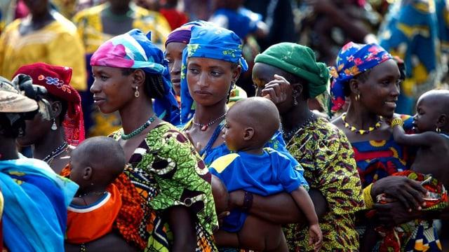 Frauen im Niger tragen ihre Kleinkinder auf dem Rücken.