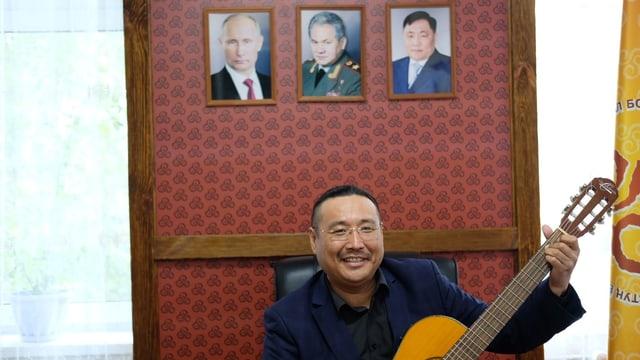 Der Leiter des tuwinschen Kulturzentrums, Igor Koschkendej, zeigt stolz seine Gitarre.