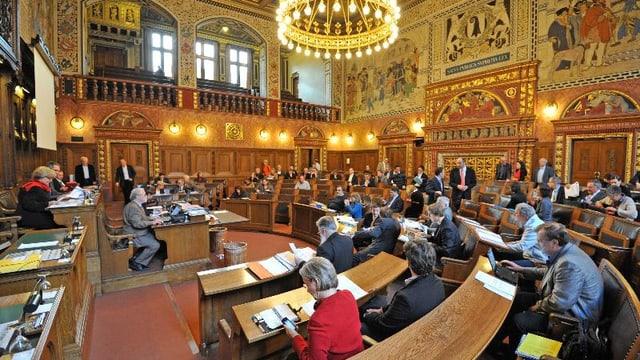 Der vollbesetzte Basler Grossratssaal mit dem Kronleuchter