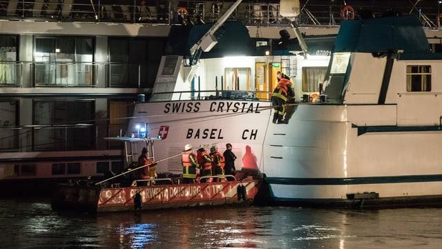 Schiff auf dem Rhein bei Duisburg