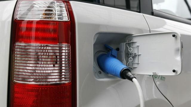 In auto vid tancar forza electrica.