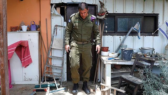 Sprecher der israelischen Armee, Jonathan Conricus, bei der Inspektion eines palästinensischen Raketen-Angriffs auf einen Kibbuz.