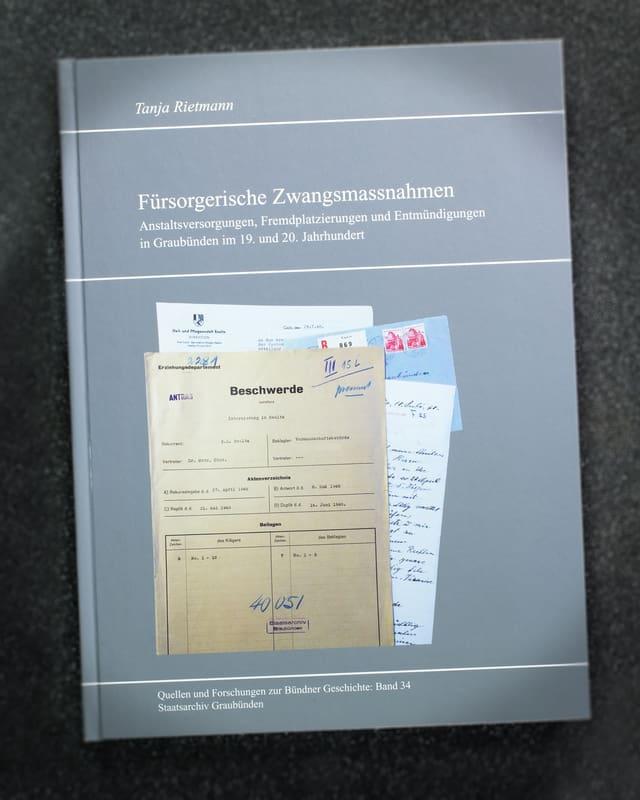 La publicaziun illustrescha ina rolla da piunier dal Grischun – ma ina main positiva.