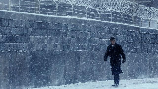 Tom Hanks marschiert in Filmszene entlang der Berliner Mauer.