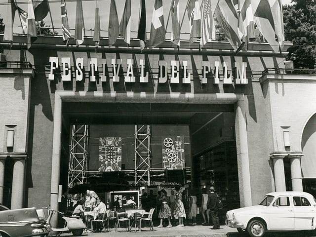Der Eingang des Filmfestivals Locarno, 1960.