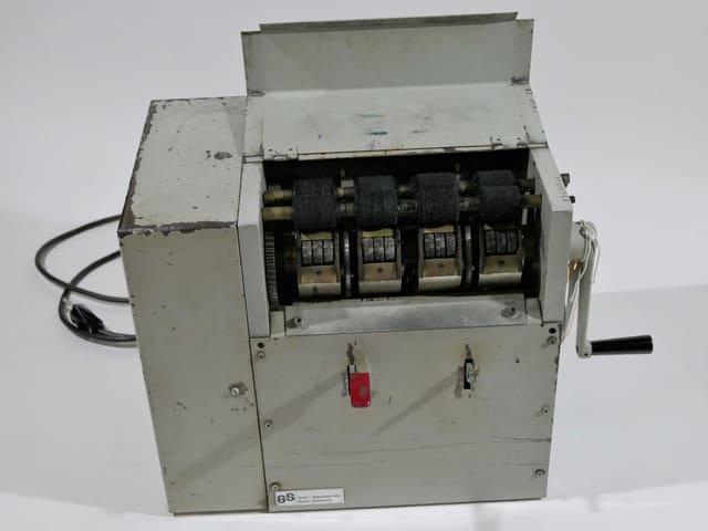 Eine hellgraue Metalldruckmaschine.