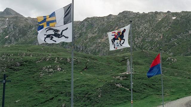 Drei Flaggen wehen auf dem Lukmanierpass.
