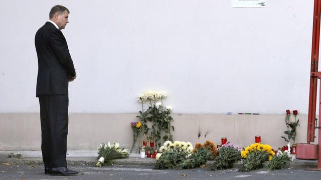 Staatspräsident Klaus Iohannis an der Unglücksstelle.