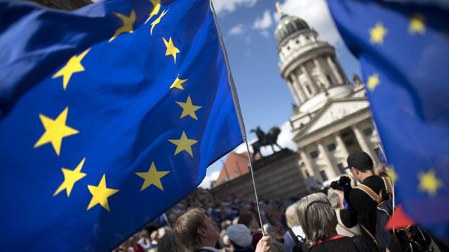 Symbolbild: EU-Flaggen und Menschen, aufgenommen auf dem Berliner Gendarmenmarkt.