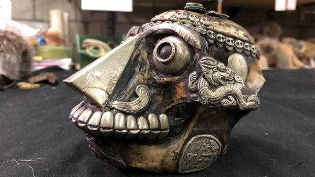Verzierter Schädel aus der Asservatenkammer.