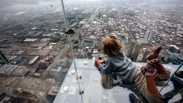 Kind auf Glasbalkon