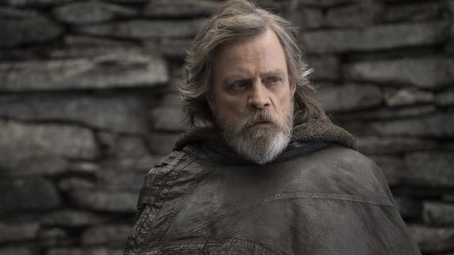 Mann mit längerem grauen Haar
