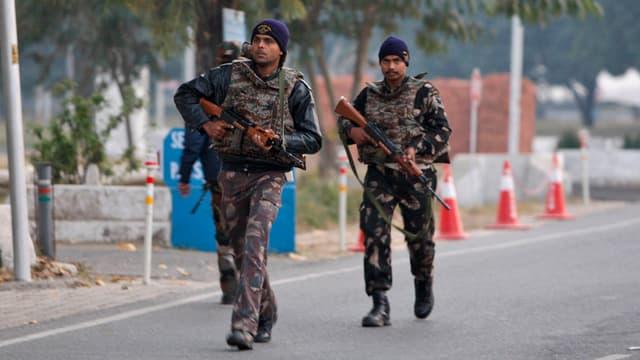 Schuldada da l'India patrugliescha sin ina via.