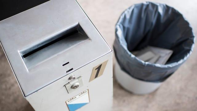 Urne und daneben ein Abfalleimer.