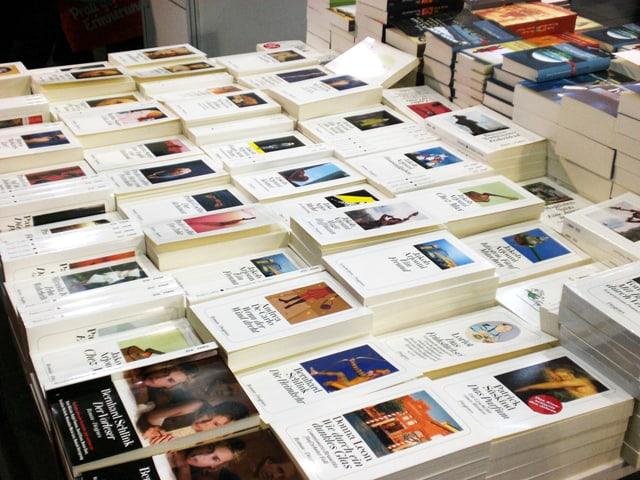 Bücher vom Diogenes-Verlag liegen gestapelt auf einem Tisch.