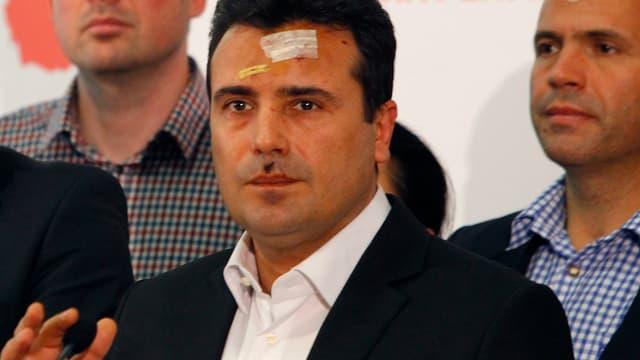 Oppositionsführer und Sozialdemokrat Zoran Zaev mit Pflastern im Gesicht nach dem Sturm auf das Parlament in Skopje. (reuters)