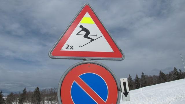 Verkehrsschild weist auf Skipiste hin