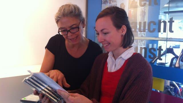Kuratorin Franziska Amstad im Gespräch mit der Künstlerin Sara Stäuble.