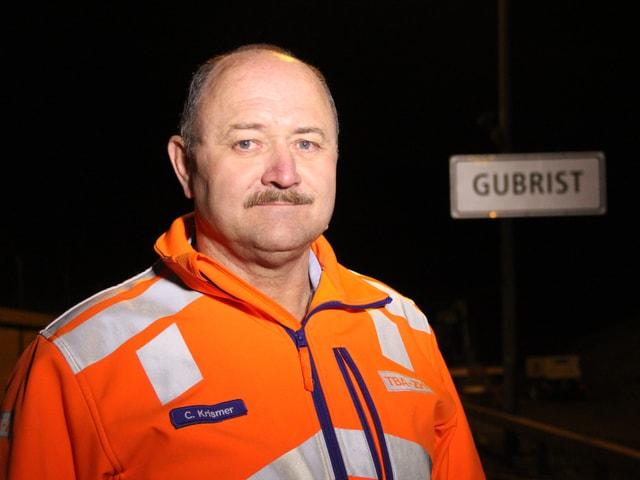 Der Einsatzleiter posiert in oranger Jacke vor dem Tunnelportal.