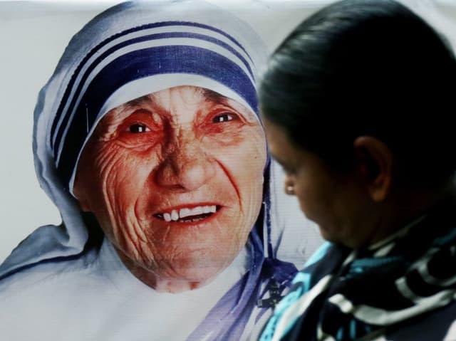 Eine junge Inderin vor einem Bild von Mutter Teresa unweit des «Mother House» in Kalkutta.