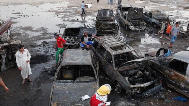 Ausgebrannte Autos nach Bombenanschlägen.