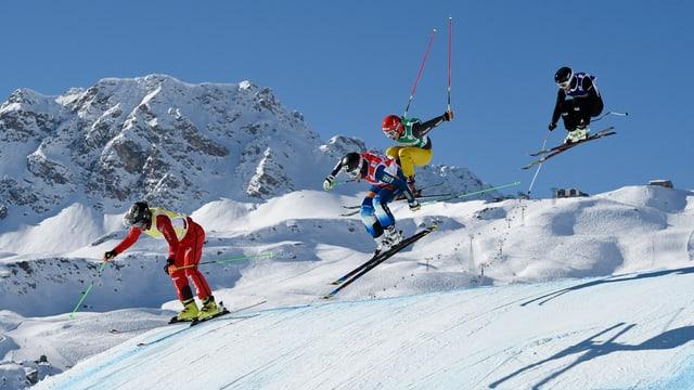 skicross cun 4 skiunzs durant in sigl en l'aria