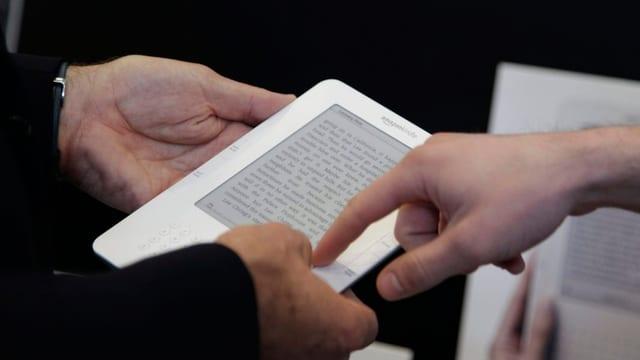 Mann tippt auf E-Reader.