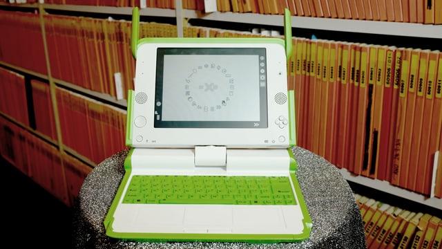 Ein hellgrüner Laptop mit Mini-Schirm und Senderohren.