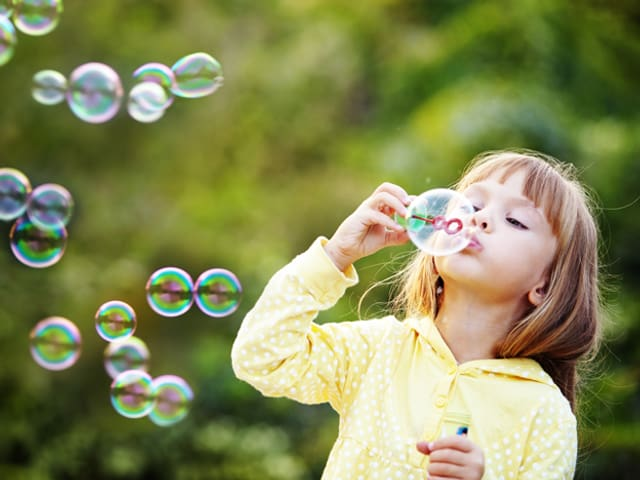 Kind mit Seifenblasen.